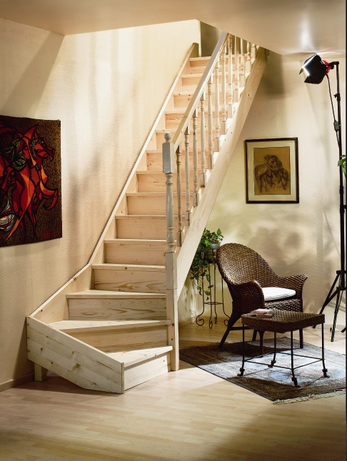 Vuren houten trap met kwartslag - De trap van de bistro ...