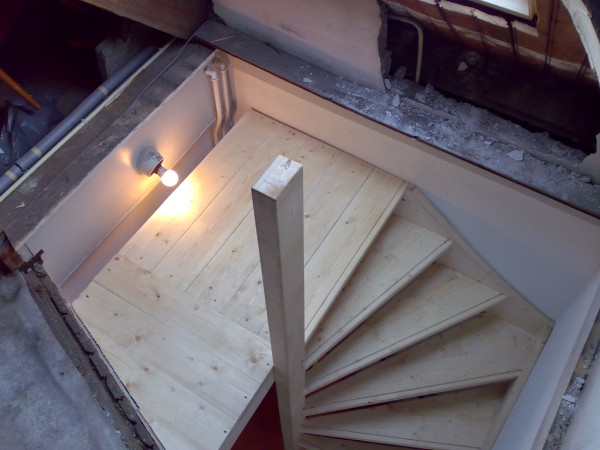 Vaste zolder trappen for Houten trap plaatsen